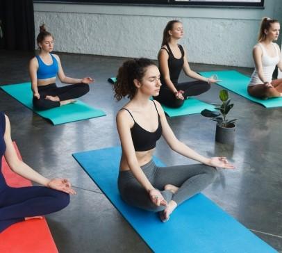 ヨガ教室で瞑想する女性たち